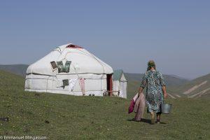 kirghizstan_lait_femme_yourte