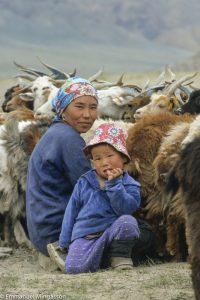mongolie_femme_lait_traite_chevre