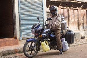 nepal_bakhtapur_moto_bidon_lait