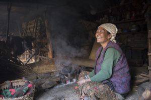 Khimaya et son mari partagent avec leurs trois vaches un espace ouvert sur le jardin et, au loin, la forêt Elle s'y rend tous les jours pour y cueillir les branches destinées à nourrir ses bêtes. Népal, novembre 2013.