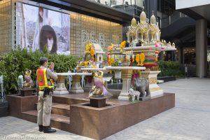 thailande_bangkok_priere_policier