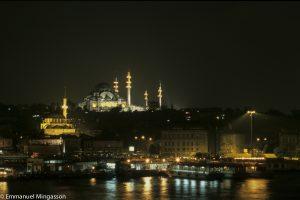 Istanbul la nuit, le port et mosquée Süleymaniye