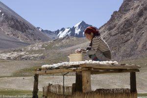 tadjikistan_montagne_femme_kurut