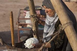 Iran, le beurre baratté dans l'outre dans le désert de Gonabad
